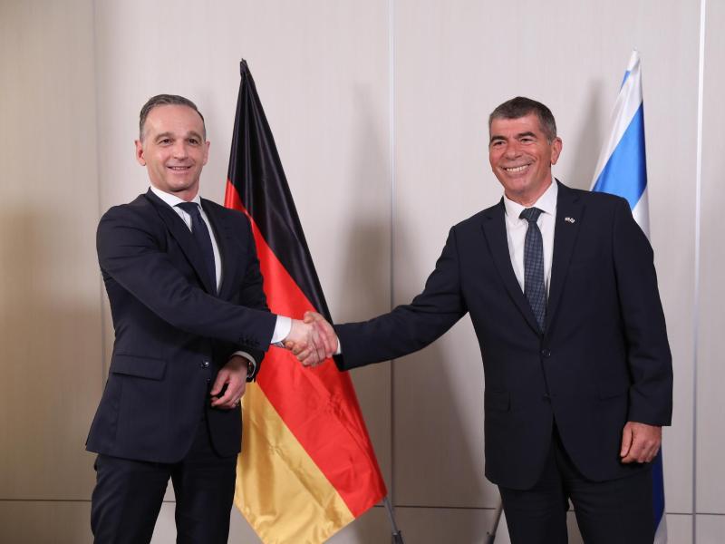Bundesaußenminister Heiko Maas (l) wird von seinem israelischen Amtskollegen Gabi Ashkenazi in Tel Aviv begrüßt. Foto: Abir Sultan/Pool European Pressphoto Agency/AP/dpa