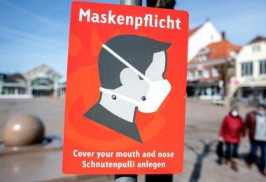 Ein Schild mit der Aufschrift «Maskenpflicht» hängt auf dem Marktplatz in der Innenstadt vonAurich. In Niedersachsen können die Bürger darauf hoffen, dass sie nach Pfingsten ohne Maske einkaufen gehen dürfen. Foto: Hauke-Christian Dittrich/dpa