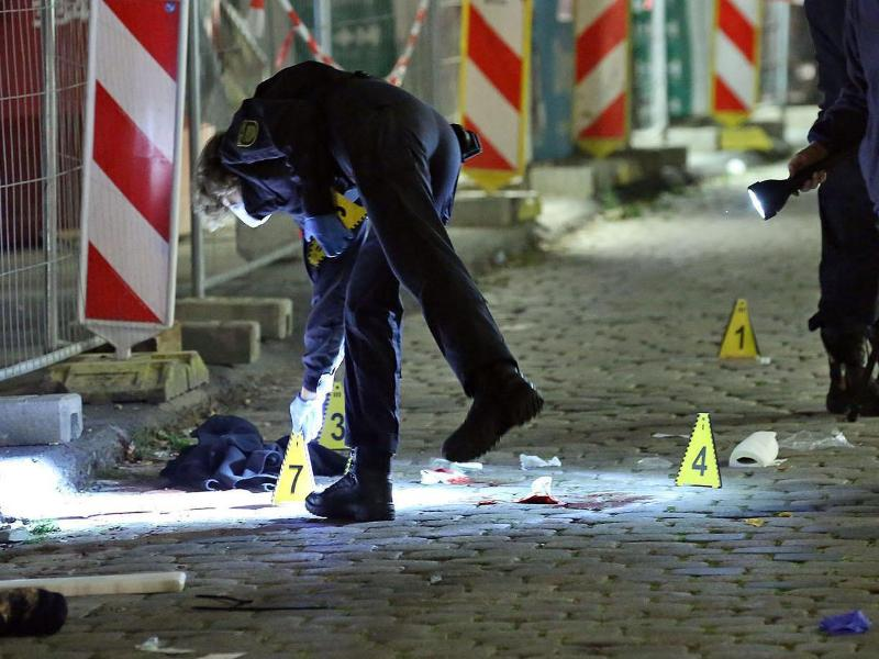Kriminaltechniker und die Tatortgruppe des LKA Sachsen sichern Spuren am Tatort nach der tödlichen Messerattacke auf die beiden Touristen im Oktober 2020. Foto: Roland Halkasch/dpa-Zentralbild/dpa