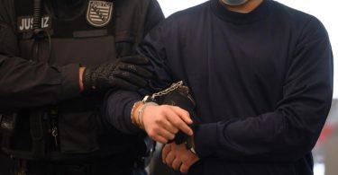 Der Angeklagte wird vor der Urteilsverkündung von Justizbeamten in den Verhandlungssaal des OLG Dresden geführt. Foto: Robert Michael/dpa-Zentralbild Pool/dpa