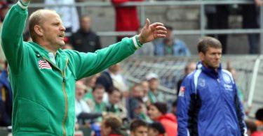 Sind sich schon sehr oft in der Bundesliga begegnet: Thomas Schaaf (l) und Friedhelm Funkel. Foto: Kay Nietfeld/dpa