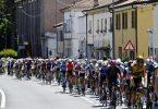 Die Fahrer während der 13. Giro-Etappe. Foto: Fabio Ferrari/LaPresse/AP/dpa