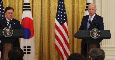 Der südkoreanische Präsident Moon Jae-in (l) und US-Präsident Joe Biden geben nach ihren Gesprächen im Weißen Haus in Washington eine gemeinsame Pressekonferenz. (zu dpa: «Biden: USA und Südkorea «sehr besorgt» über Nordkoreas Atomprogramm»). Foto: YNA/dpa