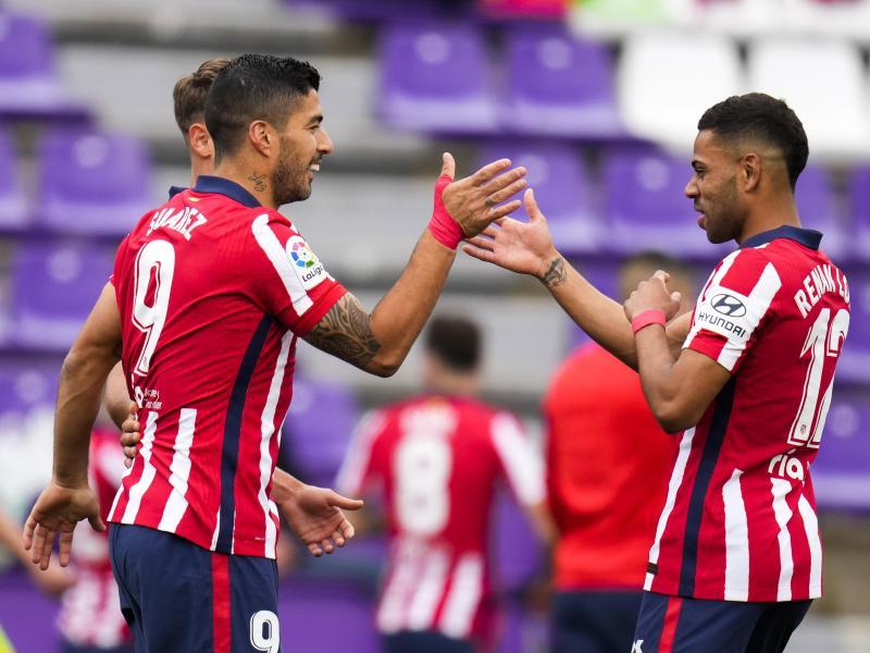 Atleticos Luis Suarez (l) bejubelt sein Tor zur 2:1-Führung mit Mannschaftskamerad Renan Lodi. Foto: Manu Fernandez/AP/dpa