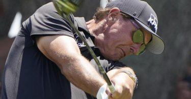 US-Star Phil Mickelson geht als Führender in die Finalrunde der 103. PGA Championship. Foto: Chris Carlson/AP/dpa