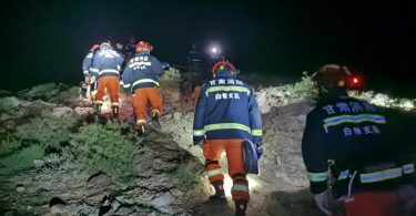 Am Ort des Unglücks suchen Rettungskräfte nach Vermissten. Foto: -/XinHua/dpa