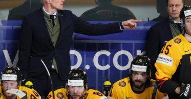Eishockey-Bundestrainer Toni Söderholm (l) hat mit seinem Team nun Kanada vor der Brust. Foto: Roman Koksarov/dpa
