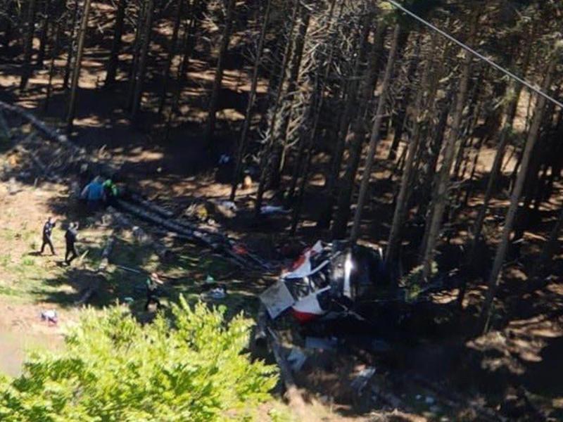 Die abgestürzte Gondel in einem Waldstück beiStresa in der Provinz Verbano-Cusio-Ossola. Foto: Vigili del Fuoco/dpa