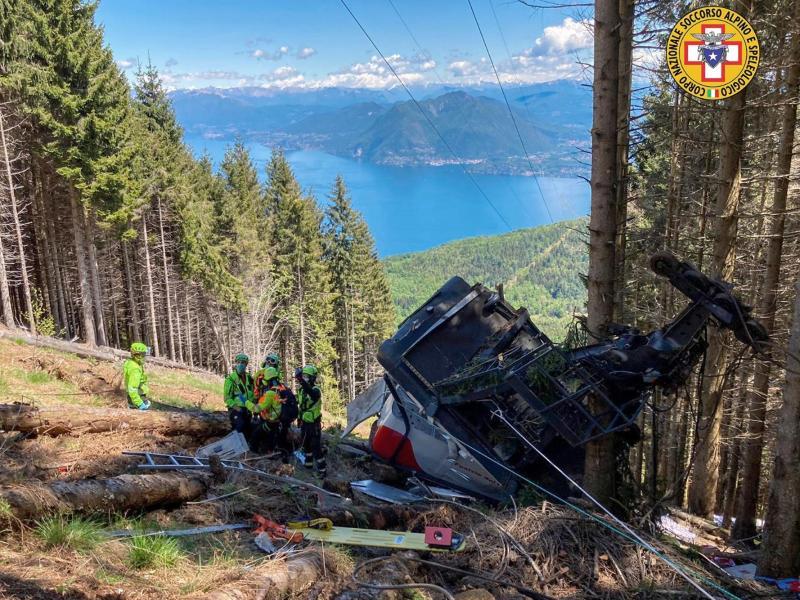 Rettungskräfte stehen am Wrack der Gondel, die in der Nähe des Gipfels abgestürzt ist. Foto: Uncredited/Soccorso Alpino e Speleologico Piemontese/dpa