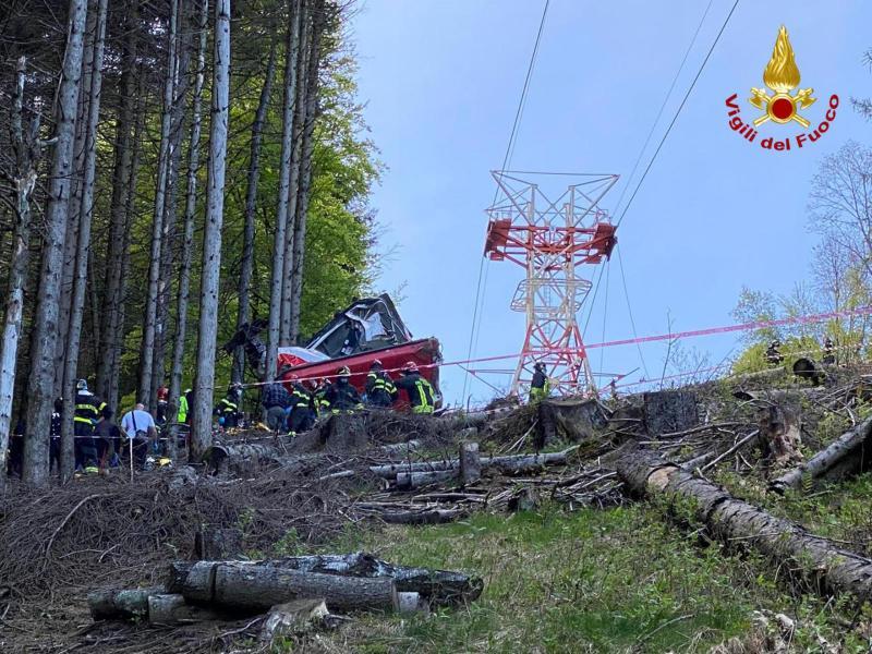 Die Seilbahn führt vom Ort Stresa auf einenBerg am Lago Maggiore. Foto: Vigili del Fuoco/dpa