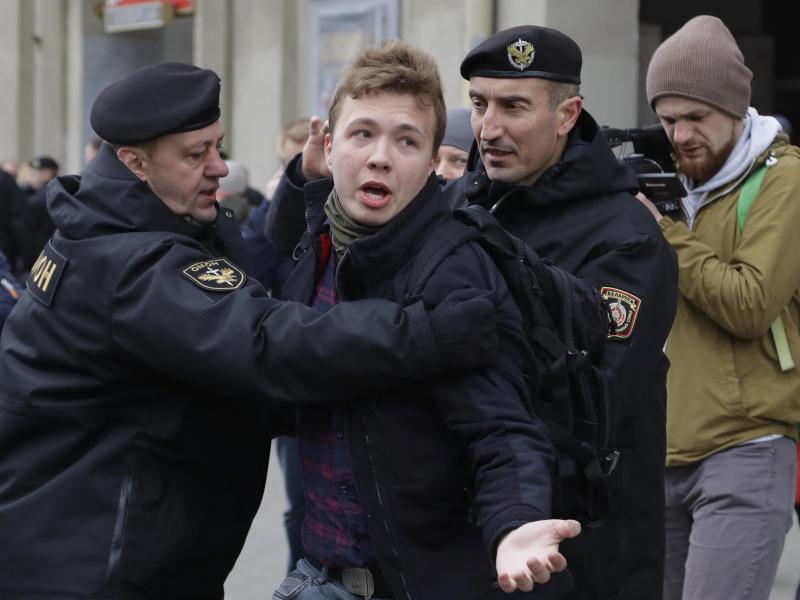 Der Journalist Roman Protassewitsch, hier bei einer Verhaftung durch belarussische Polizisten im Jahr 2017. Foto: Sergei Grits/AP/dpa