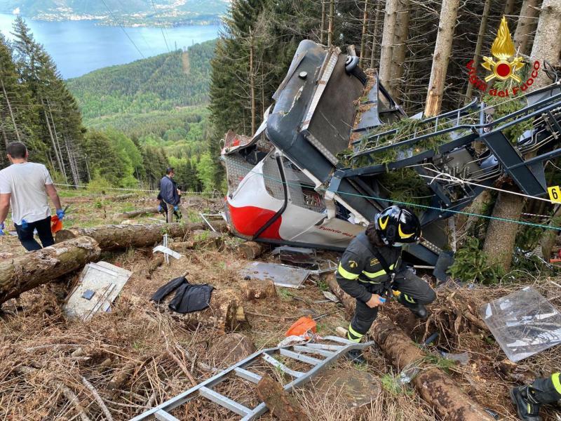Die Gondel stürzte aus großer Höhe auf einen schwer zugänglichen Hang. Foto: Uncredited/Vigili del Fuoco Firefighters/AP/dpa