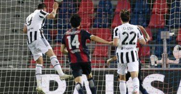 Stürmer Alvaro Morata (l) trifft per Kopf zur 2:0-Führung von Juventus Turin beim FCBologna. Foto: Michele Nucci/LaPresse via ZUMA Press/dpa