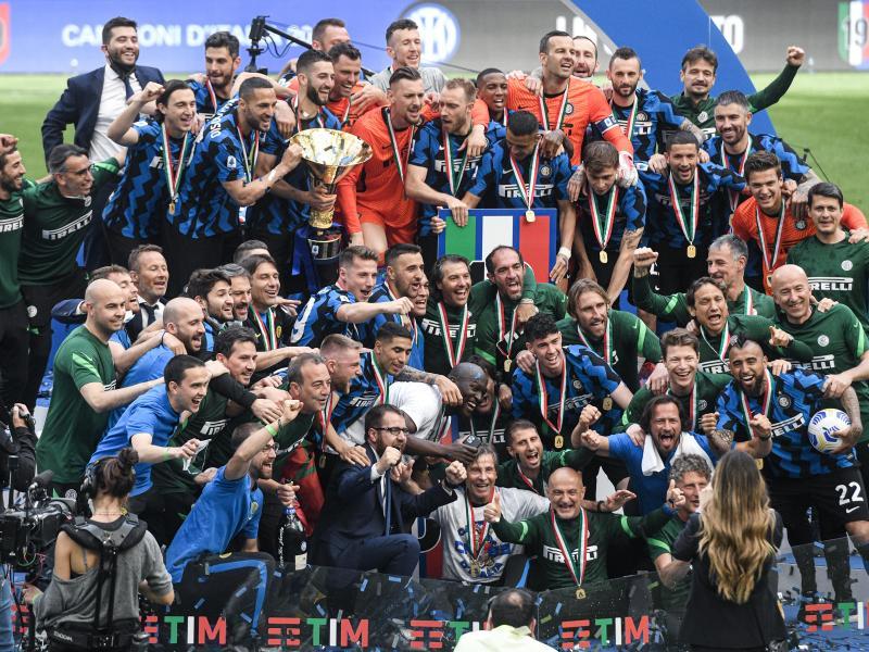 Das Team von Inter Mailand feiert mit der Trophäe den Meisterschaftstitel. Foto: Piero Cruciatti/LaPresse/AP/dpa