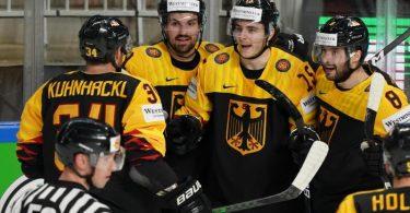 Das DEB-Team um Tom Kühnhackl (l) setzte sich auch gegen Kanada durch. Foto: Roman Koksarov/dpa