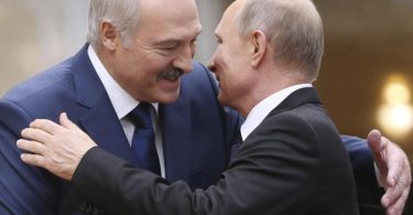 Alexander Lukaschenko (l) und Wladimir Putin treffen sich am Freitag in Sotschi am Schwarzen Meer. Foto: -/Pool EPA/AP/dpa