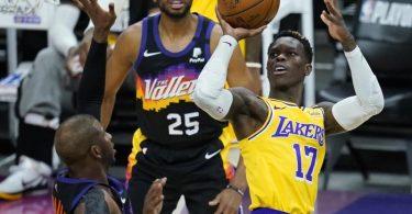 Dennis Schröder (r) spielte stark beim Lakers-Sieg in Phoenix. Foto: Ross D. Franklin/AP/dpa