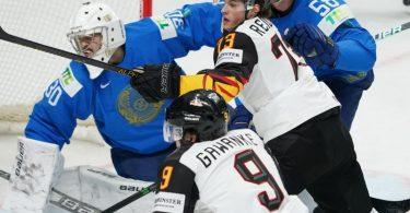 Hat umkämpftes Match: Deutschlands Leon Gawanke (9) und Lukas Reichel vor dem kasachischen Tor. Foto: Roman Koksarov/dpa