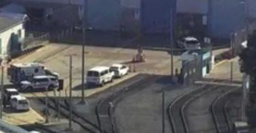 Notfalleinsatzkräfte begeben sich an den Tatort an einem Zugdepot. Foto: -/KGO-TV/AP/dpa