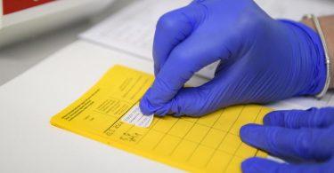 Informationen über die Impfung werden im Impfpass eingetragen. Foto: Christopher Neundorf/dpa