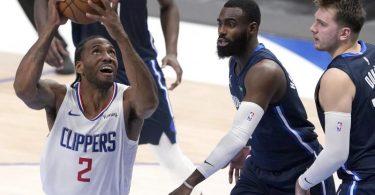 Clippers-Flügelspieler Kawhi Leonard (l) setzt sich gegen die Mavs Tim Hardaway Jr. (M.) und Luka Doncic durch. Foto: Tony Gutierrez/AP/dpa