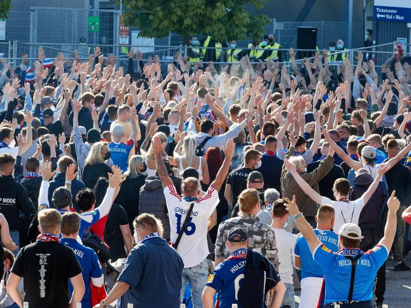 Auch vor dem Stadion haben sich zahlreiche Kieler Fans versammelt. Foto: Georg Wendt/dpa