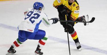 Lukas Reichel (r) fällt für das Spiel gegen Finnland aus. Foto: Sergei Grits/AP/dpa
