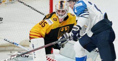 Deutschlands Torwart Mathias Niederberger verteidigt gegen Finnlands Niko Ojamaki (r). Foto: Roman Koksarov/dpa