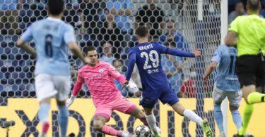 Chelseas Kai Havertz (M) geht an Citys Schlussmann Ederson vorbei und erzielt den Führungstreffer für seine Mannschaft. Foto: Manu Fernandez/POOL AP/dpa
