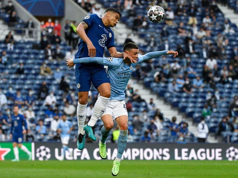 Chelseas Thiago Silva (l)entscheidet das Kopfballduell mit Manchester Citys Phil Foden klar für sich. Foto: Pierre Philippe Marcou/Pool AFP/AP/dpa
