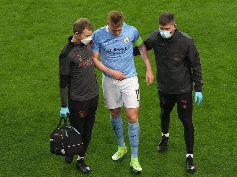 Man Citys Kevin De Bruyne musste nach einer Kollision mit Chelseas Antonio Rüdiger bereits in der 60. Minute ausgewechselt werden. Foto: Adam Davy/PA Wire/dpa
