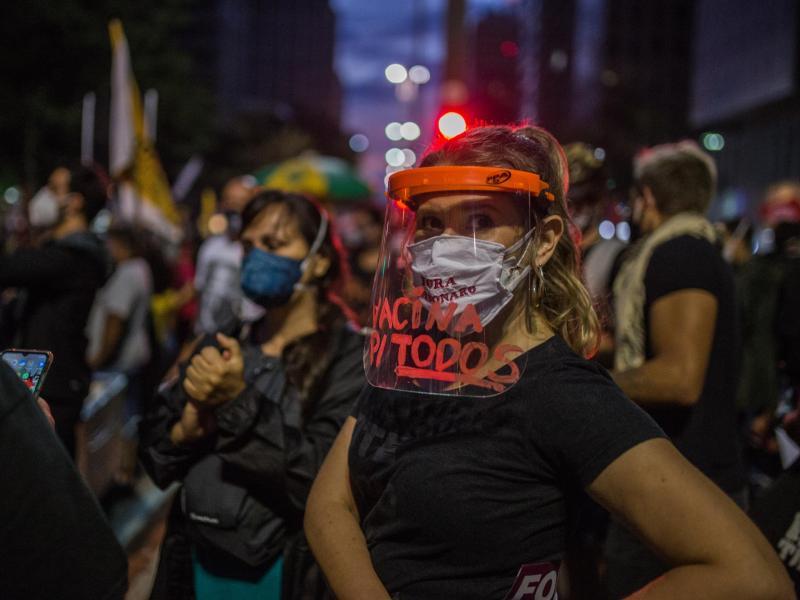 Demonstranten ziehen gegen die Regierung Bolsonaro auf die Straßen. Den ganzen Tag über versammelten sie sich zu Protestmärschen und stellten zahlreiche Forderungen. (zu dpa: Tausende demonstrieren gegen Präsident Bolsonaro). Foto: André Lucas/dpa
