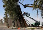 Vor einer Woche von starkem Wind umgeworfen: Trumps «lange, hohe und sehr mächtige Mauer» zwischen Mexiko und den USA. Foto: El Universal/El Universal via ZUMA Wire/dpa
