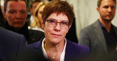 Annegret Kramp-Karrenbauer auf dem Weg zu einer gemeinsamen Sitzung der Thüringer CDU-Landtagsfraktion und des Landesvorstandes. Foto: Bodo Schackow/dpa-Zentralbild/dpa