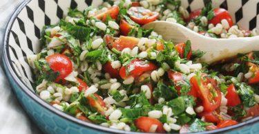Frische Kräuter, Tomaten und Graupen statt Bulgur: Fertig ist der ungewöhnliche Taboulé. Foto: Doreen Hassek/dekoreenberlin.blogspot.com/dpa-tmn