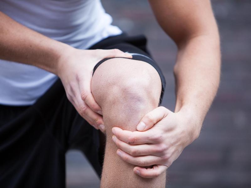 Sehnenbeschwerden können Sportler oft mehrere Wochen aus der Bahn werfen. Oft betroffen sind die Achillessehne, die Kniescheibensehne sowie die Sehnen am Ellenbogen. Foto: Christin Klose/dpa-tmn