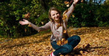 Alltagsglück muss nicht teuer oder aufwendig sein. Manchmal reichen schon ein paar Strahlen Herbstsonne. Foto: Franziska Gabbert/dpa-tmn