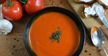 Tomate trifft Ziegenkäse-Crostini: Für die Suppe werden die Tomaten im Ofen mit Gewürzen und Zwiebeln geschmort, und anschließend nur noch püriert. Foto: Julia Uehren/loeffelgenuss.de/dpa-tmn