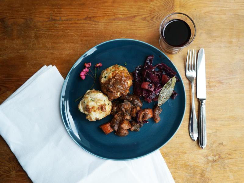 Kräftiges Pilz-Bourguignon passt perfekt zu fruchtigem Rotkraut und selbst gemachten Semmelknödeln. Foto: Manfred Zimmer/herrgruenkocht.de/dpa-tmn