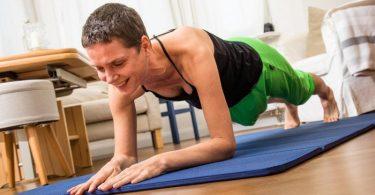 Beim Unterarmstütz (Plank) wird der ganze Körper gekräftigt. Foto: Christin Klose/dpa-tmn