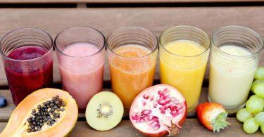 Das Fruchtmark bestimmt über die Konsistenz von Smoothies. Foto: Mascha Brichta/dpa-tmn