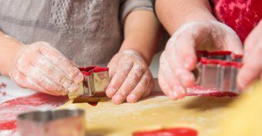 Plätzchen ausstechen macht den Kindern Spaß. Damit der Teig nicht an den Förmchen kleben, taucht man sie zuvor in Mehl. Foto: Benjamin Nolte/dpa-tmn