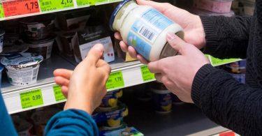 Die Nährwerte bei pflanzlichen Alternativen von Naturjoghurt sind mit Joghurt aus Kuhmilch vergleichbar. Welche Zusatzstoffe oder Zuckervarianten enthalten sind, steht in der Zutatenliste. Foto: Benjamin Nolte/dpa-tmn