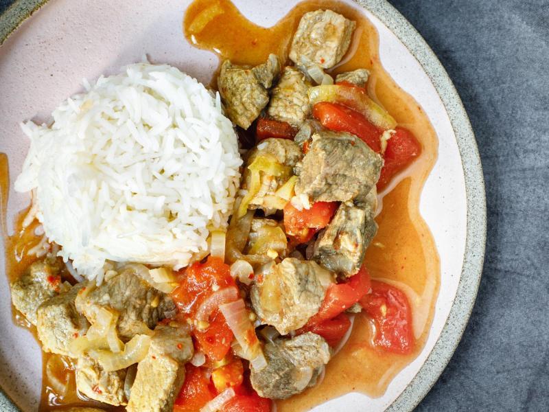 Ein bisschen süß, ein bisschen sauer und genau die richtige Schärfe: Das Currygericht Vindaloo kann sowohl mit Schweine- als auch Geflügelfleisch zubereitet werden. Foto: Julia Schmidt & Nikolas Hagele/Gräfe und Unzer/dpa-tmn