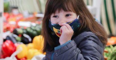 Masken können für Kinder zwar unbequem sein. Laut Experten haben sie aber keinen Einfluss auf das Atmen oder die Sauerstoffversorgung. Foto: Mascha Brichta/dpa-tmn