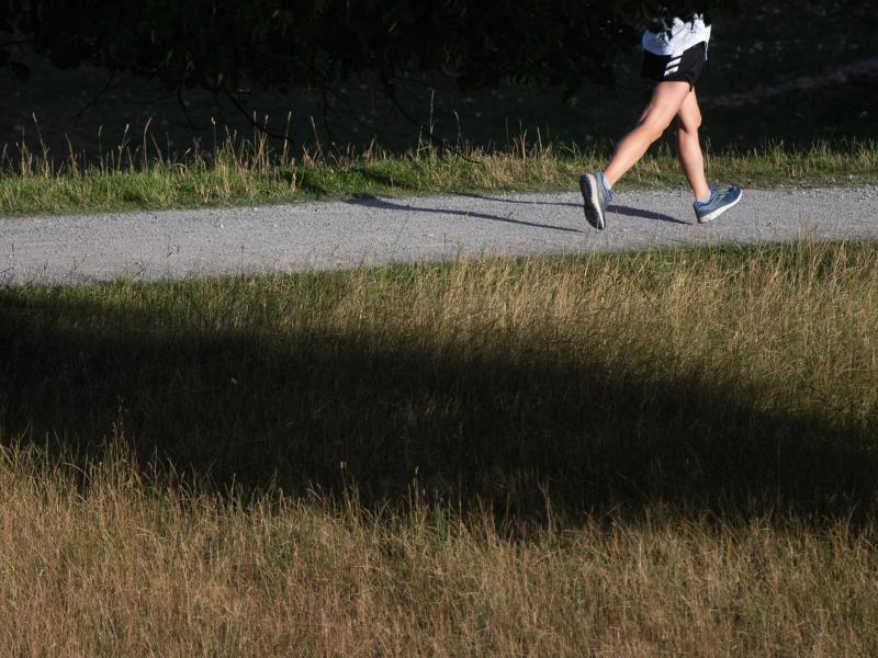 Nach einer längeren Sportpause sollte man sich nicht sofort übernehmen. Statt extremer Auslastung, sollte eher auf einen Mittelweg gesetzt werden. Foto: Julian Stratenschulte/dpa