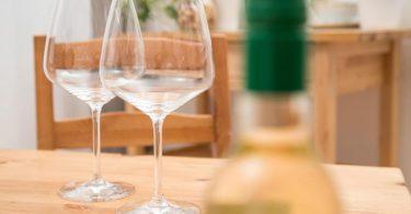 Die Gläser bleiben leer, die Flasche zu: Der Leber zuliebe sind regelmäßige längere Alkoholpausen empfehlenswert. Foto: Christin Klose/dpa-tmn
