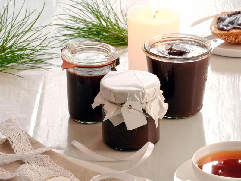 Kräftiger Schwarztee trifft süße Schokolade: Zusammengemischt ergeben sie einen cremigen Aufstrich. Foto: teeverband.de/dpa-tmn