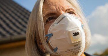 Zum Themendienst-Bericht vom 23. November 2020: Beim Kauf von FFP2-Masken sollte man auf die Prüf-Kennzeichnung sowie auf einen guten Sitz achten. Foto: Christin Klose/dpa-tmn