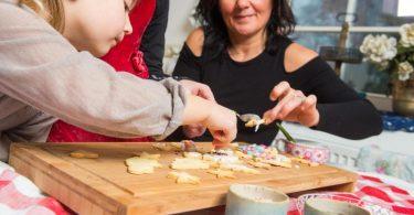 Zum Themendienst-Bericht vom 23. November 2020: Selbst gemacht schmeckt's am besten: Auf fertigen Teig oder Backmischungen kann in der Weihnachtsbäckerei getrost verzichten. Foto: Benjamin Nolte/dpa-tmn